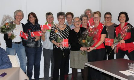 Die scheidende Präsidentin, Myrtha Schmidlin, zusammen mit den Jubilarinnen und den fleissigsten Turnerinnen